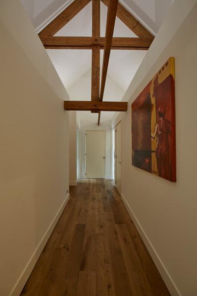 De houten laminaat vloer laat een strakke indruk achter.