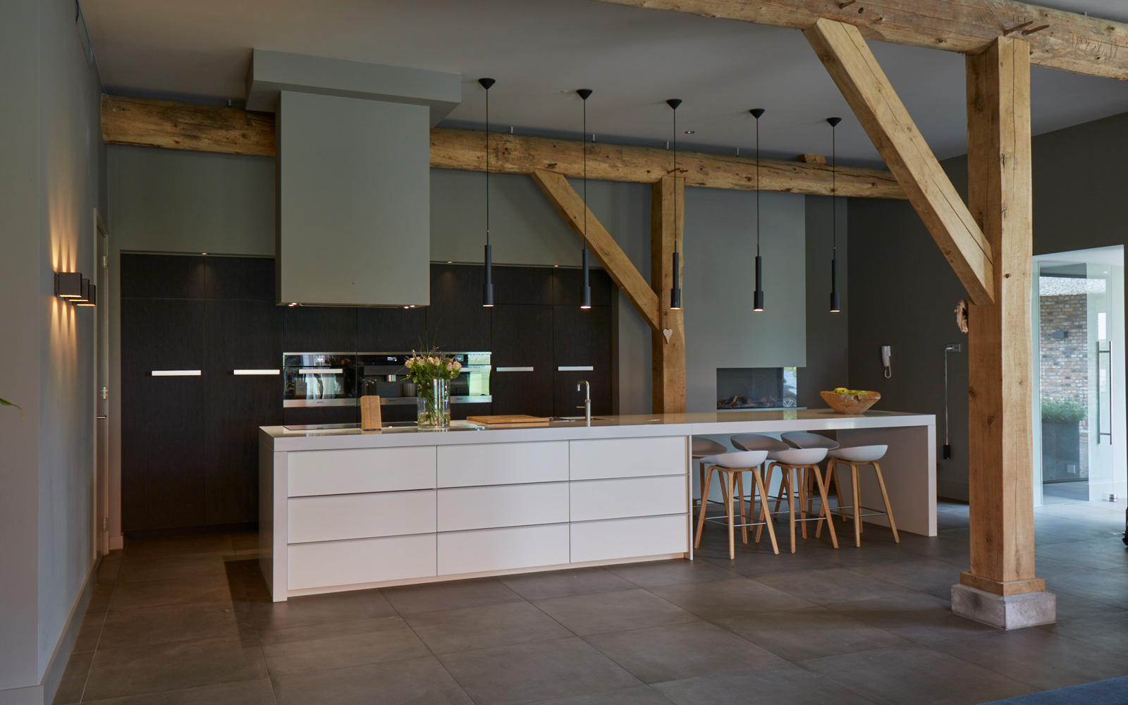 De prachtige keuken in combinatie met de tegelvloer geeft een ruimtelijk gevoel.