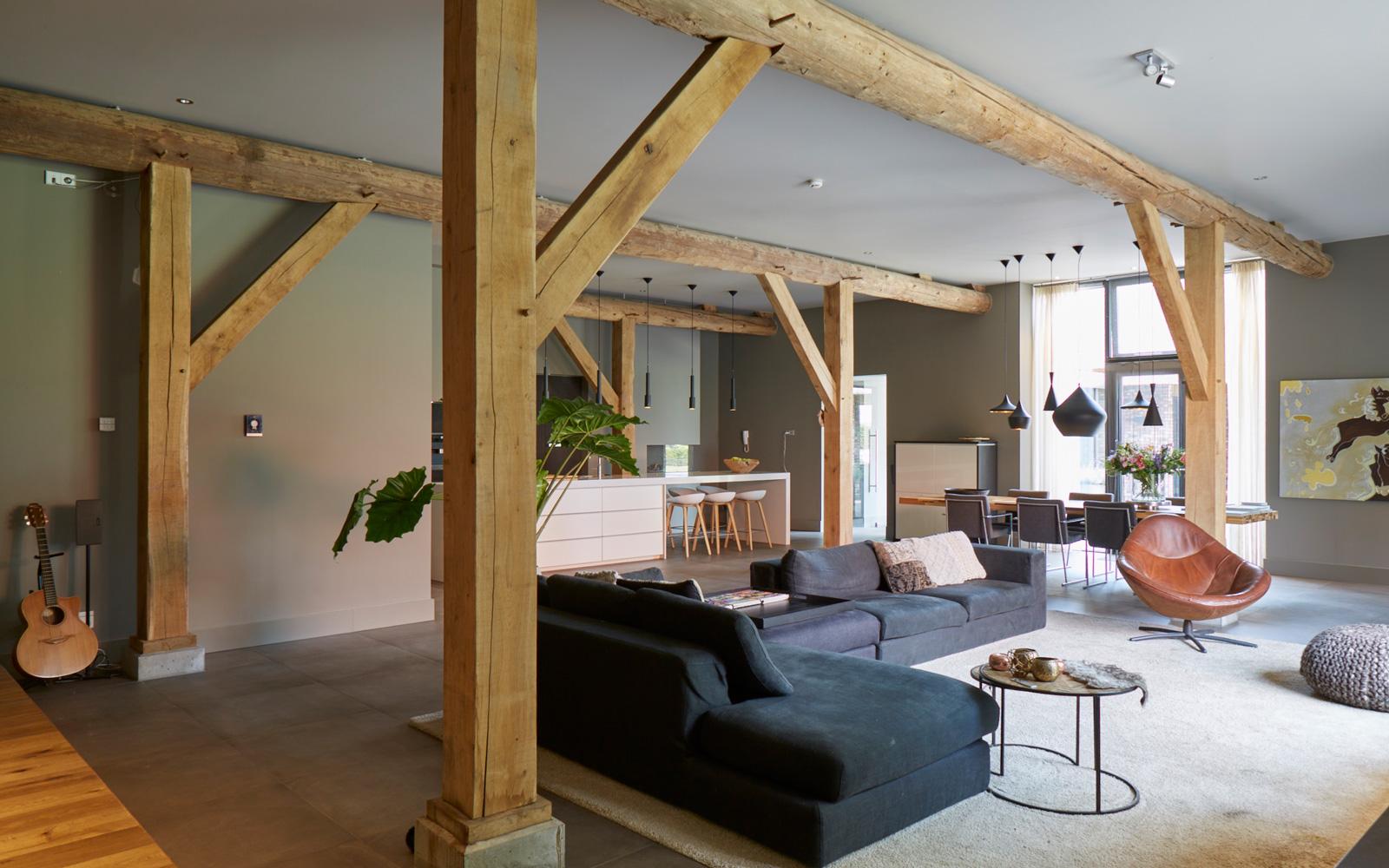 Het moderne interieur samen met de houten balken zorgt voor veel sfeer.