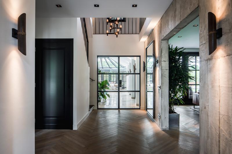 The Art of Living, Exclusief wonen, Beal International, Theo van Epen, houten vloer, zwarte deur, designverlichting, interieur, design, maatwerk, wandafwerking, beton