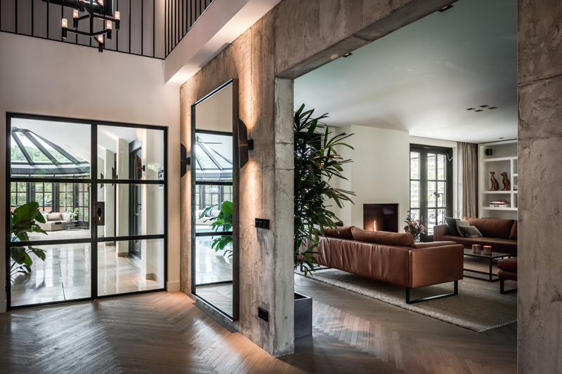 The Art of Living, Exclusief wonen, Dimitri de Roeck Interiors, Cerpetlinq, maatwerk, interieurinspiratie, glazen deur, visgraat motief, vloerbekleding, open haar, bankstel, meubilair
