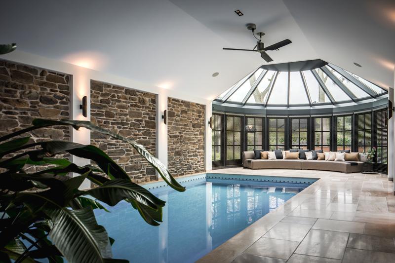 Design2Chill heeft de exclusieve bank bij het zwembad gemaakt.