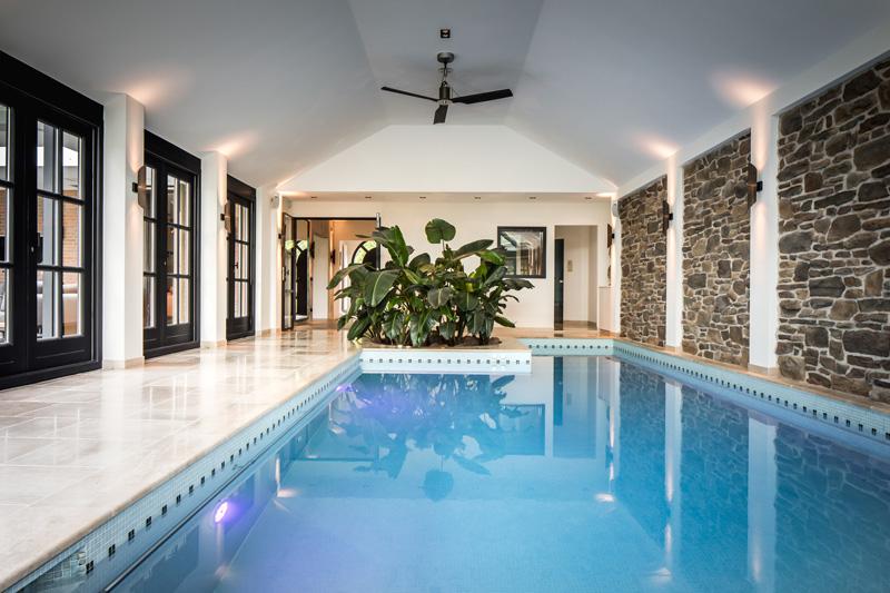 The Art of Living, Exclusief wonen, Wellness, zwembad, blauw, designmuur, zwarte deuren, glaswerk, tegelwerk