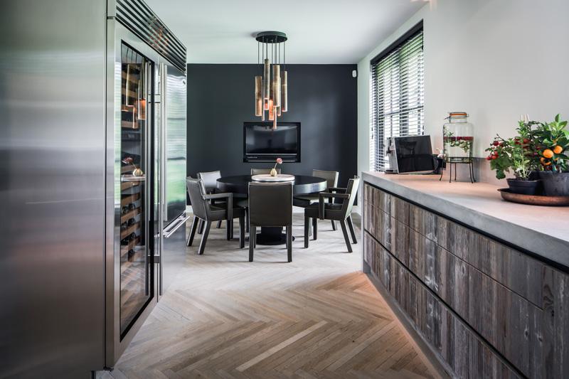 The Art of Living, Exclusief wonen, Dimitri de Roeck Interiors, keuken, televisie, designverlichting, keukeninspiratie, zwarte muur, koeling, houten vloer, shutters