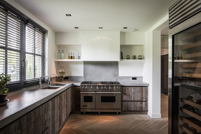 De luxe houten keuken sluit mooi aan op de houten vloer.