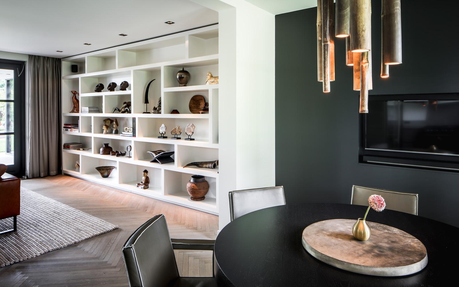 De woonkamer is voorzien van luxe apparatuur en design.