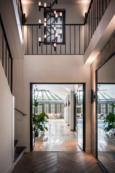 The Art of Living, Exclusief wonen, Kool & van Jole Schilder- en Behangwerken, schilderwerken, designverlichting, trap, modern, visgraat motief, hal, zwembad
