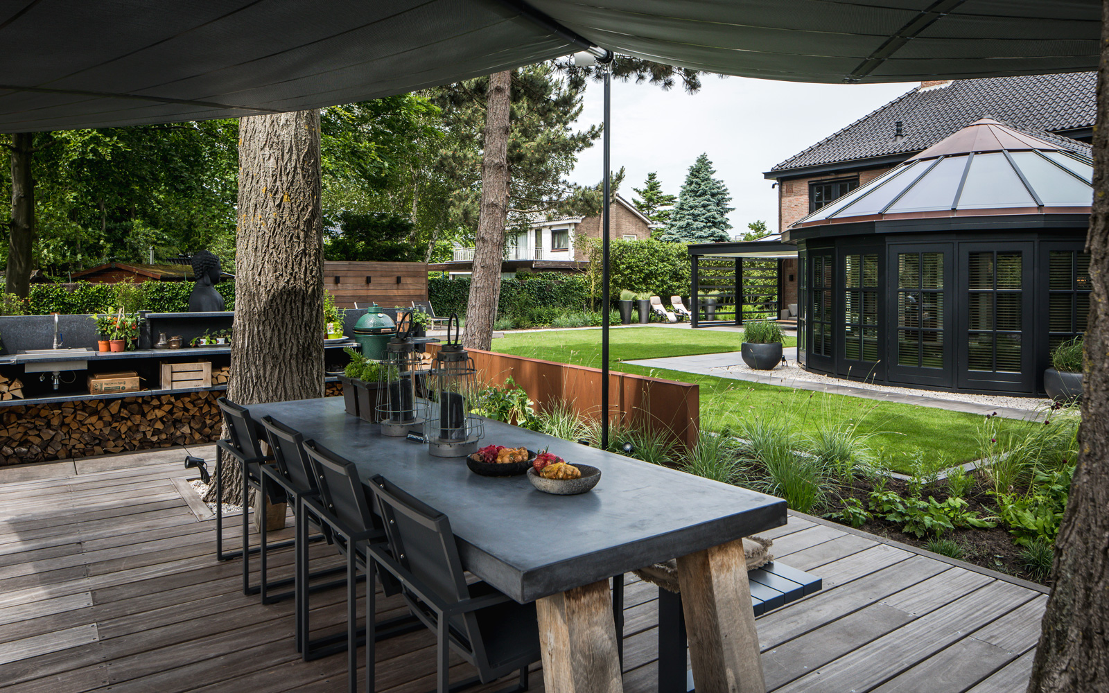 De grote tuin is voorzien van luxe meubelen voor het optimale wooncomfort.