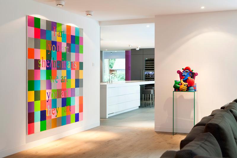 De villa is voorzien van prachtige kunst die aan de wanden bevestigd is.