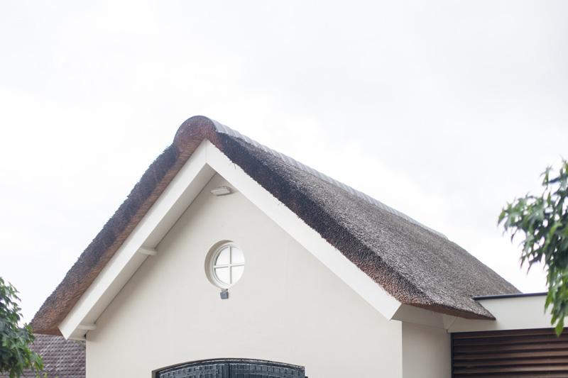 Het rieten dak zorgt voor exclusiviteit.