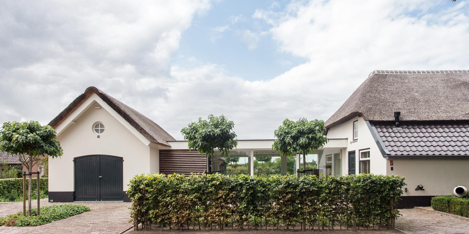Bob Romijnders Architectuur + Interieur heeft voor een rieten dak gekozen dat perfectie over de villa afroept.