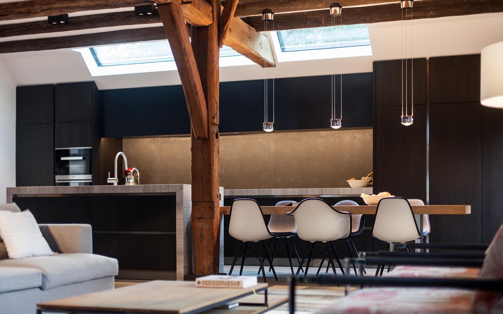 De moderne Culimaat keuken wordt mooi verlicht met de designlichten van Delta Light
