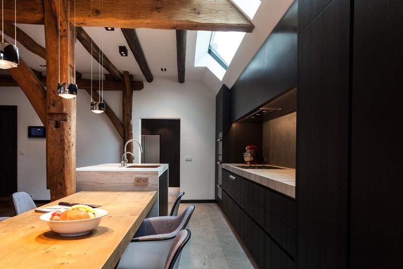 De prachtige keuken is afgemaakt met een keukenblad van natuursteen.