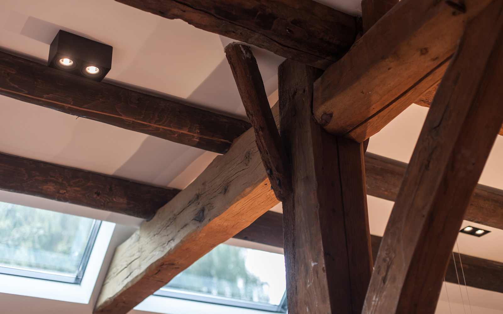 De houten balken horen als het ware bij het interieurdesign.