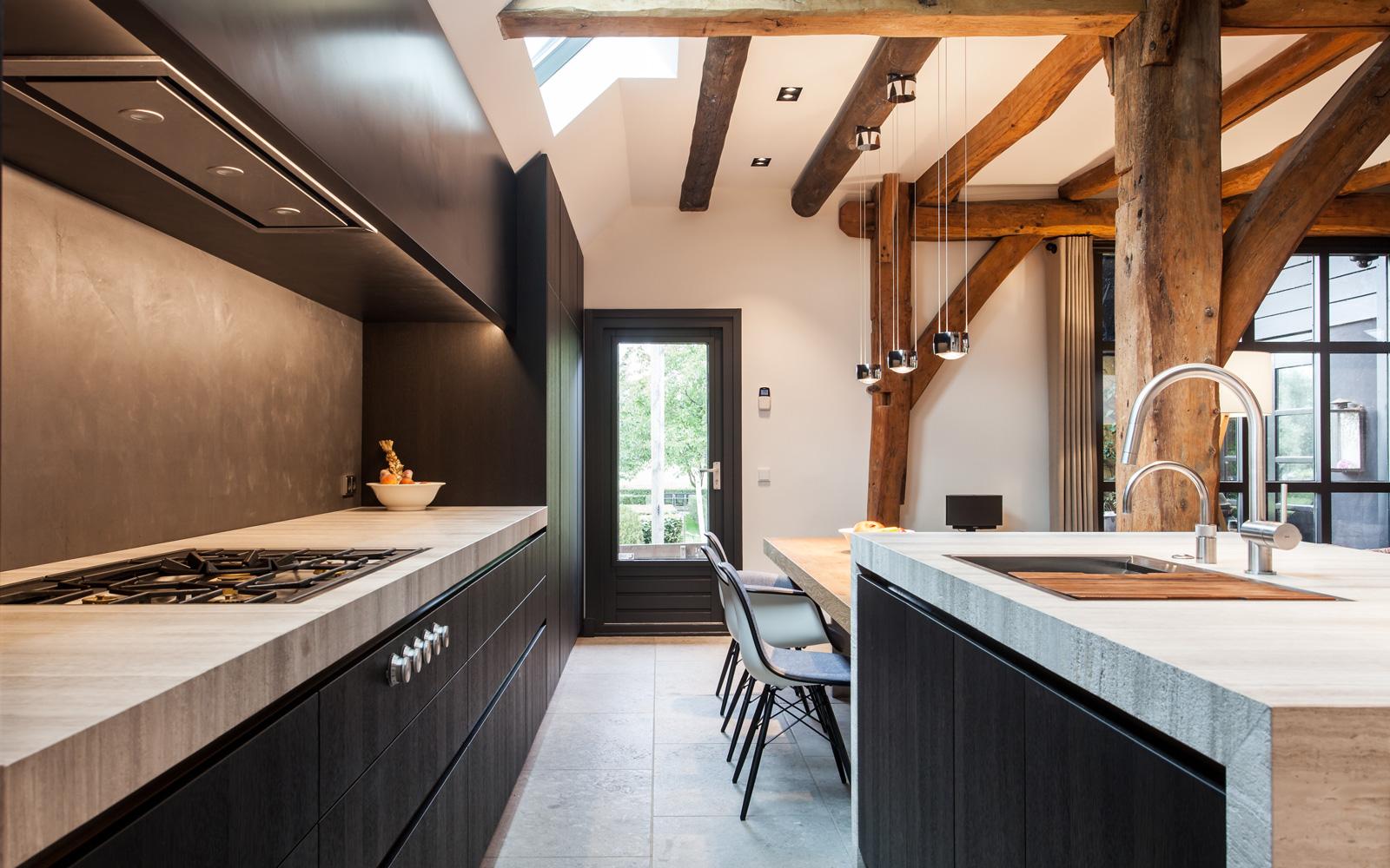 De luxe Culimaat keuken wordt afgemaakt met het blad van natuursteen door Grillo natuursteen BV