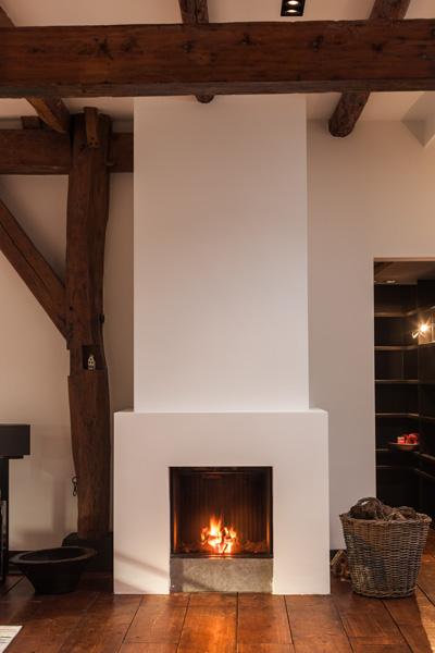 Match Vuur & Interieur heeft de open haard verzorgd die aansluit bij het interieurdesign.