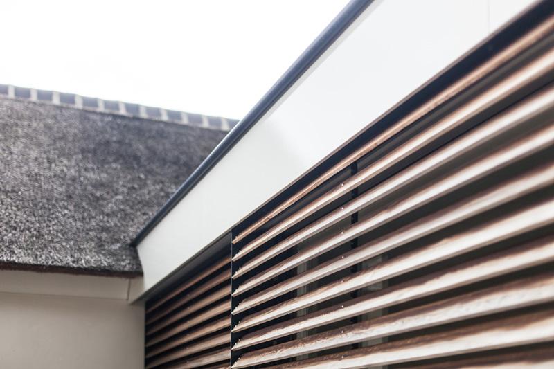De houten shutters aan de buitenkant zorgen dat de hoeveelheid lichtinval goed gereguleerd kan worden.