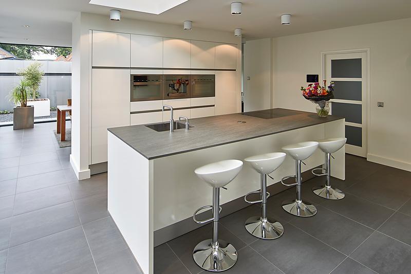 De prachtige keuken van Janssen Keukens staat mooi op de tegelvloer van Van der Stappen Tegelzettersbedrijf.