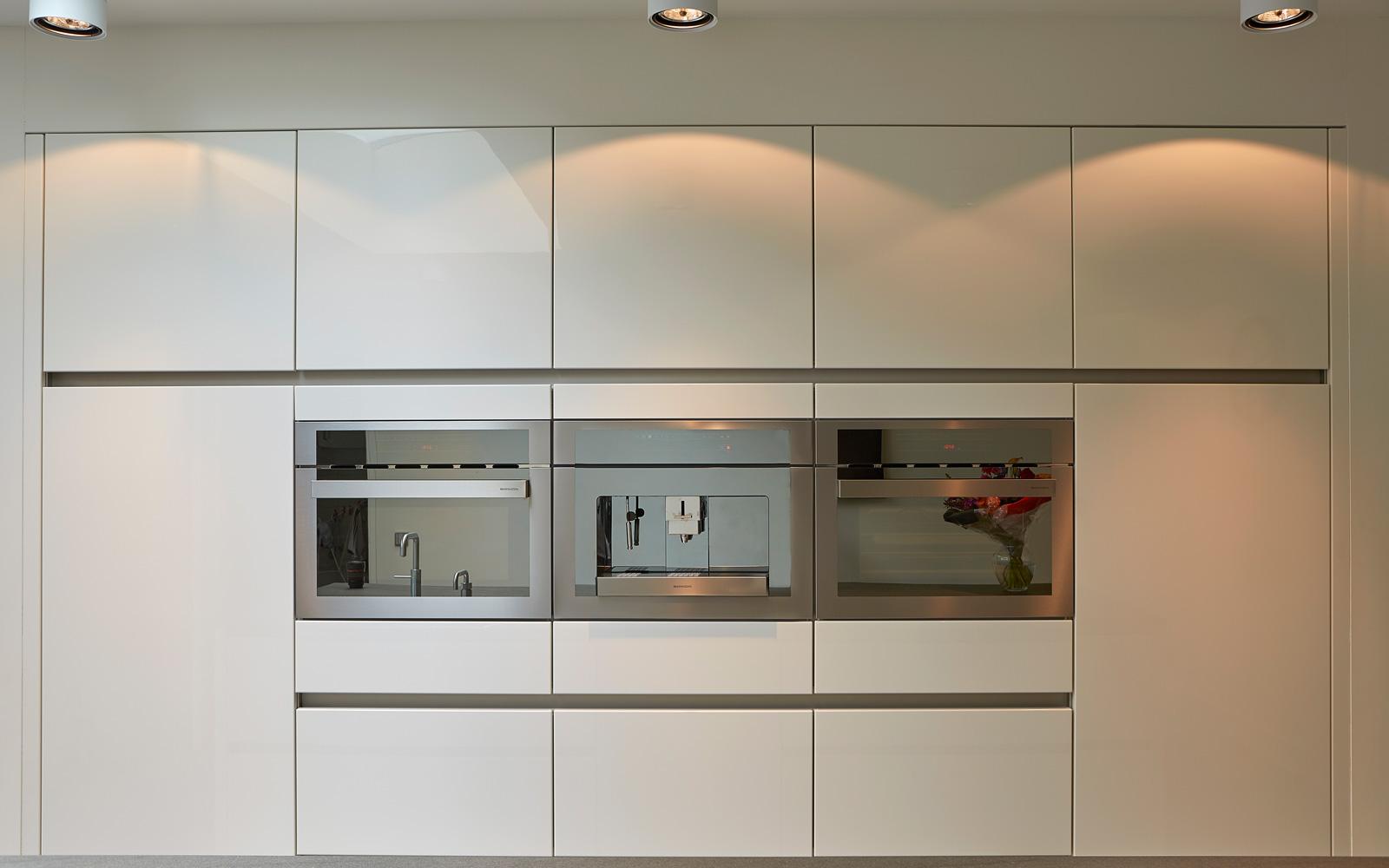 Janssen Keukens heeft de keuken voorzien van luxe keukenapparatuur.