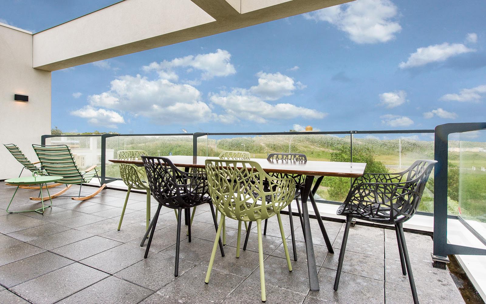 Noort Interieur heeft de designmeubelen verzorgd die op het ruime terras staan.