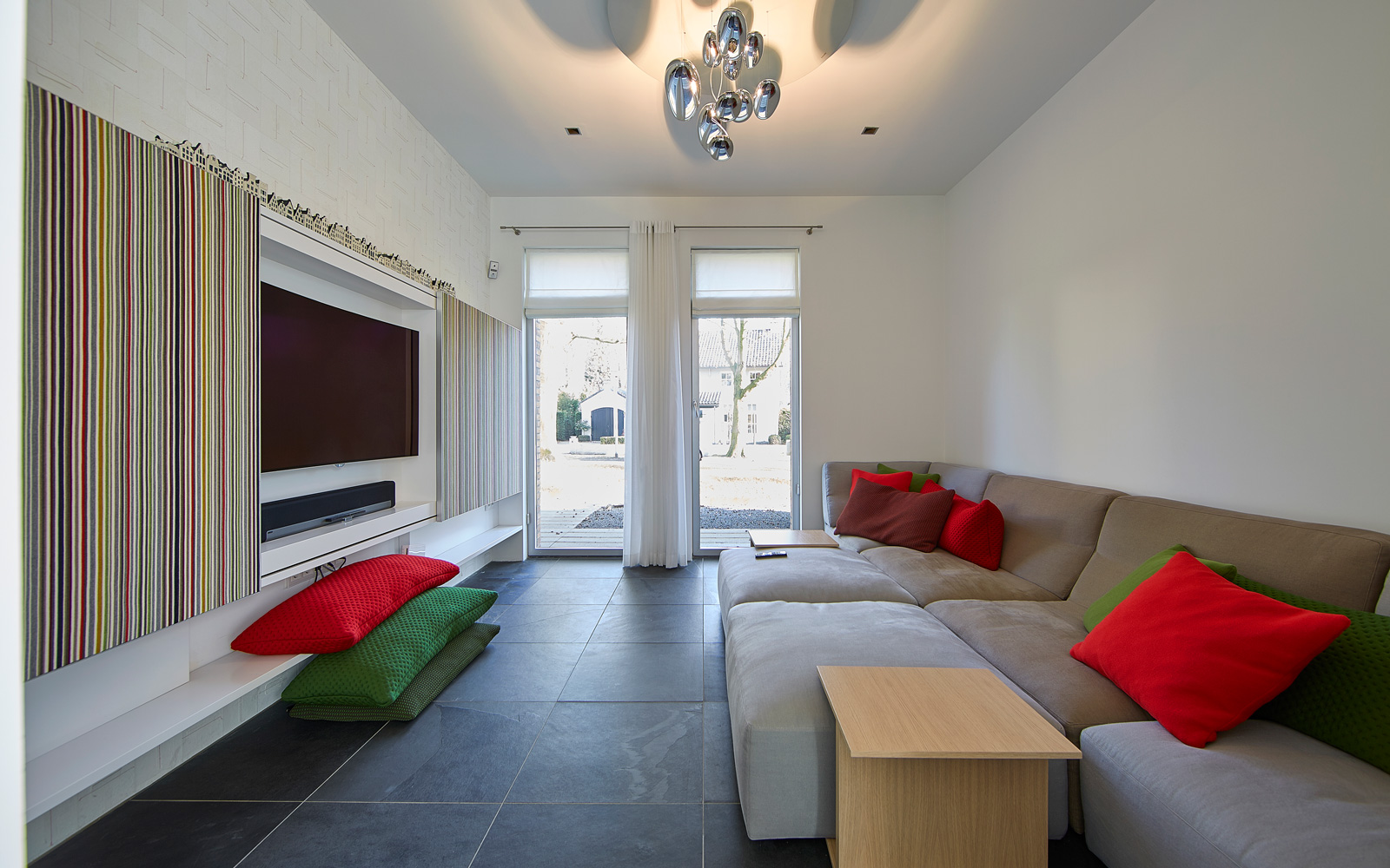 woonkamer, zithoek, televisie, bank, hoekbank, grote ramen, leefbare villa, Nanne Schuiveling