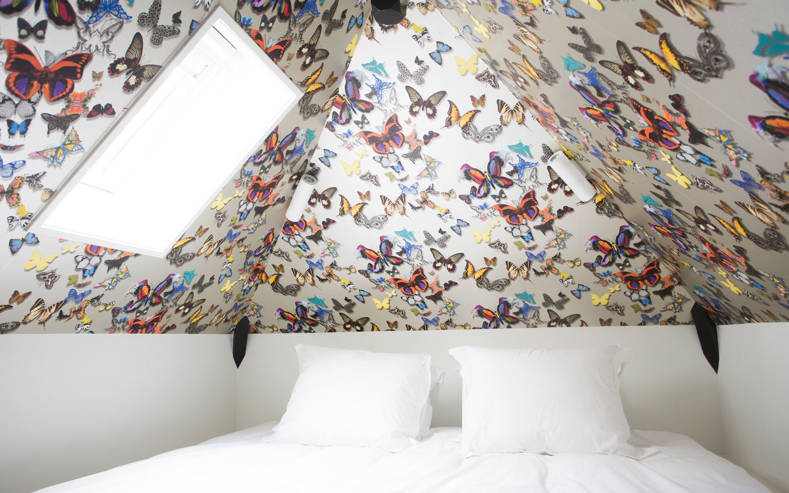 De slaapkamer is ingericht met een vlinderplafond.