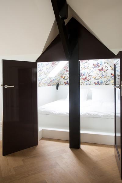 Door de exclusieve deur komen de bewoners op de stijlvol ingerichte slaapkamer.
