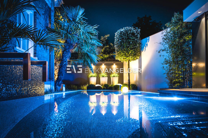 De tuin beschikt over mooie designverlichting.