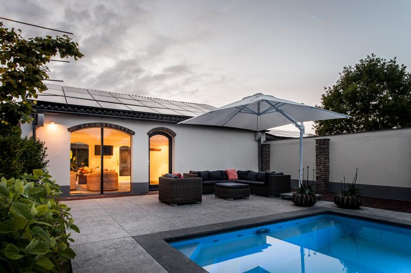 Het luxe zwembad samen met de jacuzzi bieden de bewoners het optimale wellness gevoel.