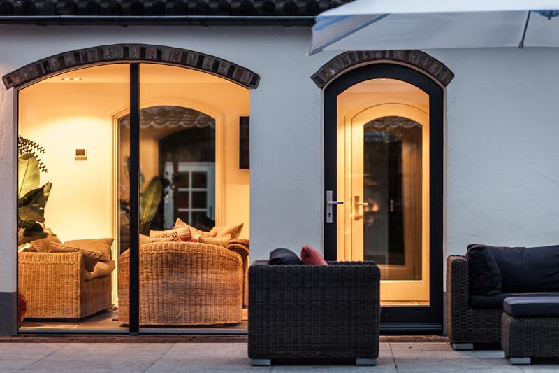 De tuinmeubel sluiten mooi aan op het interieurdesign.