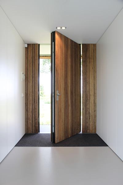 De grote voordeur is gerealiseerd door Schreuder & Co.