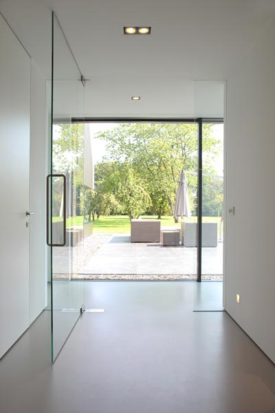 De grote glazen deuren maken de villa ruim.