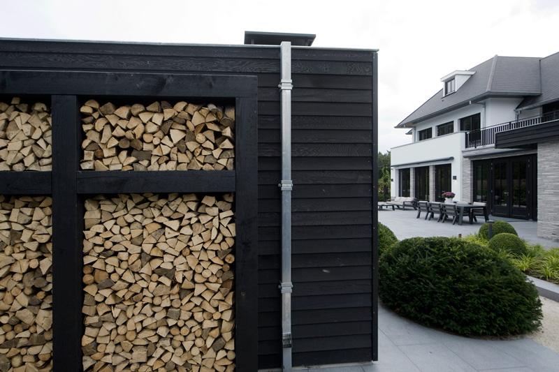 De zwarte houten afwerking past perfect bij de ruime wolkentuin.