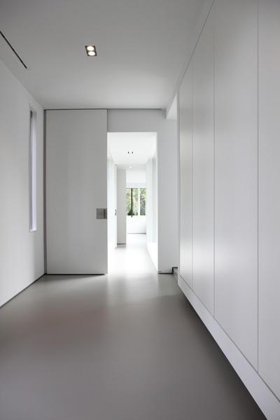 De grote witte wandkast zorgt voor veel opbergruimte.