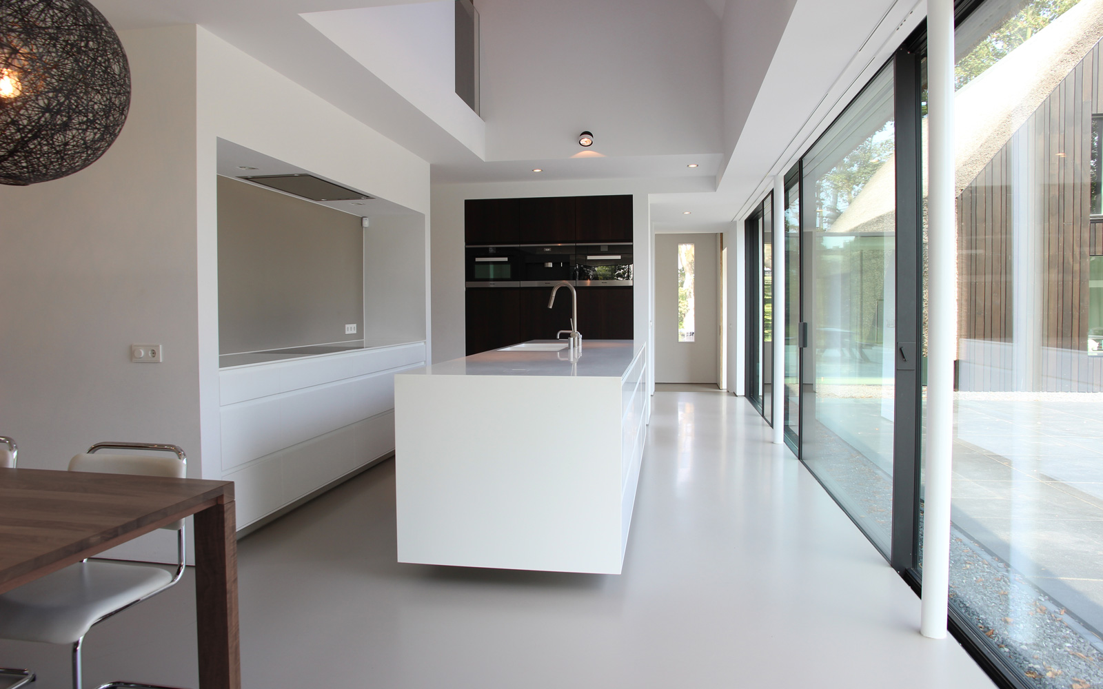 Stijlvolle witte keuken met kookeiland.