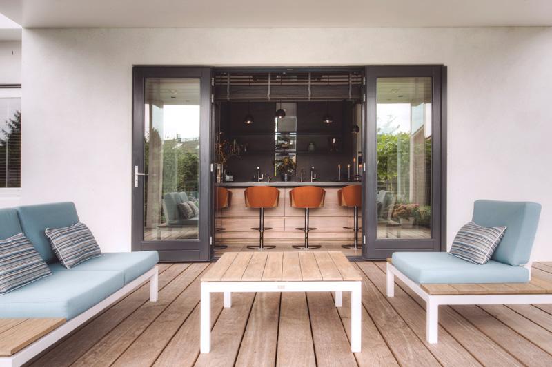 Het houten terras gecombineerd met de leefkeuken zorgt voor een warm onthaal.