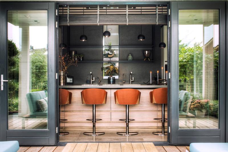 Luxe eetbar aansluitend aan het kookeiland.