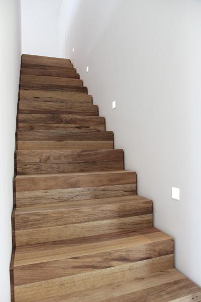 De houten trap gecombineerd met designverlichting.