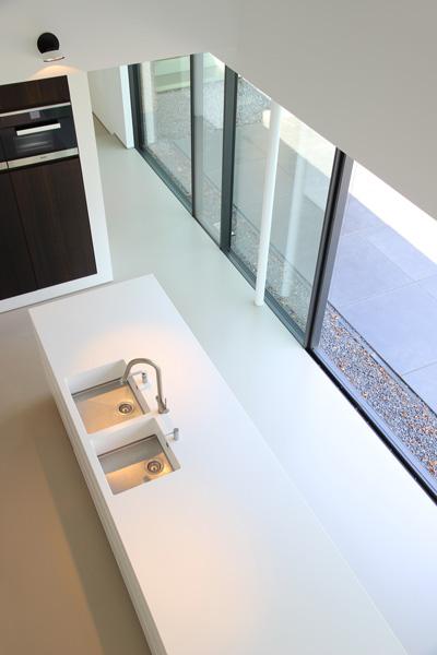 Witte high-end design keuken straalt absolute luxe uit.
