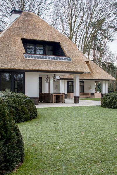 Het rieten dak is gerealiseerd door Van Wincoop Rietdekkers.