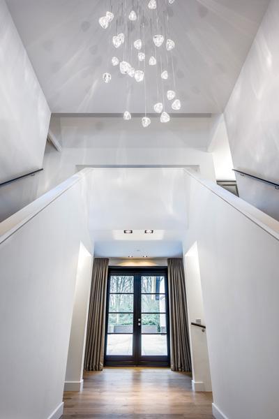 De hal is ingericht met prachtige design-verlichting.