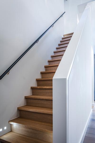 Deze houten trap is een toevoeging aan het interieurdesign.