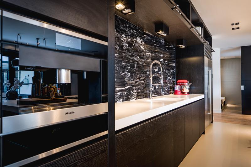 Luxe keuken met marmer achterwand.