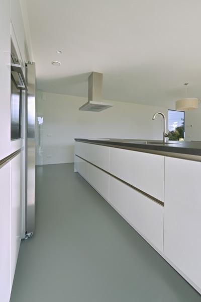 Het witte kookeiland is gemaakt door Nieuwenhuis Keukens.