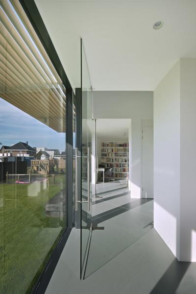 De kamers zijn van elkaar gescheiden door een grote glazen deur.