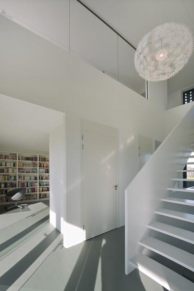 De hal is voorzien van een exclusieve witte trap.