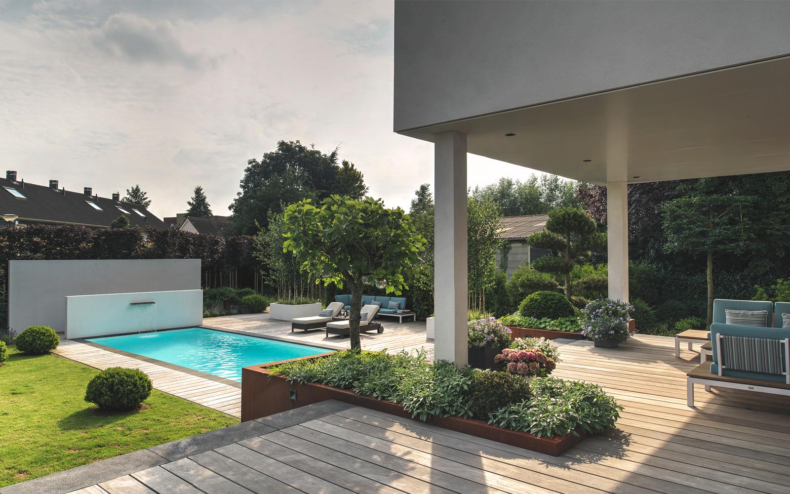 Simons Hoveniersbedrijf is verantwoordelijk voor de tuin en het luxe zwembad.