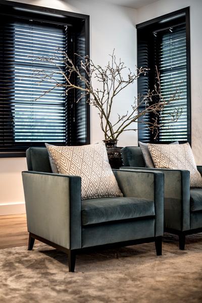 Prachtige design meubelen vullen de woonkamer aan.