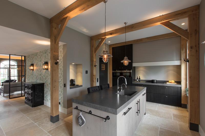 De tegelvloer past prima bij de huiselijke stijl.