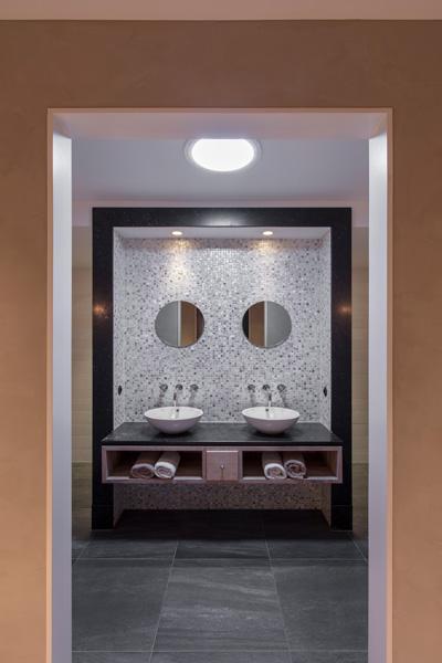 De badkamer is strak en modern